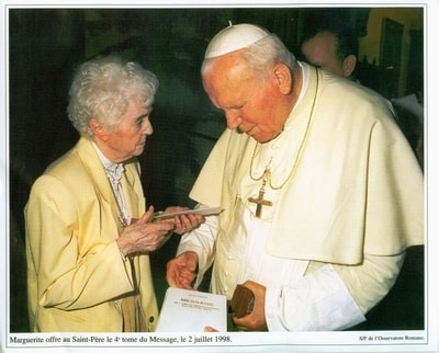 małgorzata-przekazuje-papieżowi-i-v-tom-orędzia